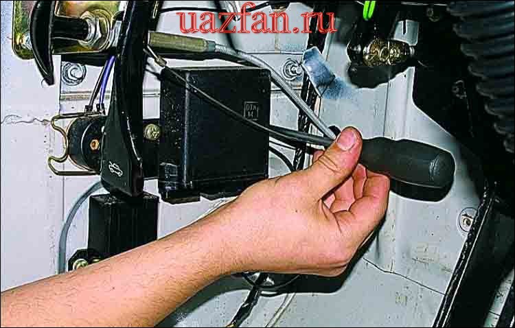 Снятие выключателя и реле аварийной сигнализации