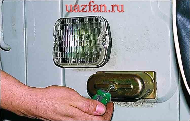 Замена лампы фонаря освещения номерного знака