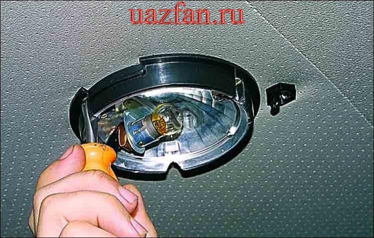 Снятие плафона освещения салона и его выключателя