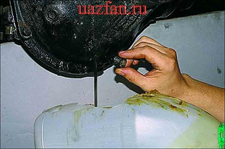 Замена масла и смазка шкворневого соединения