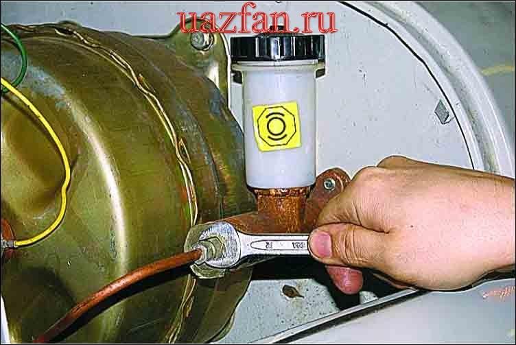 Снятие главного цилиндра гидропривода
