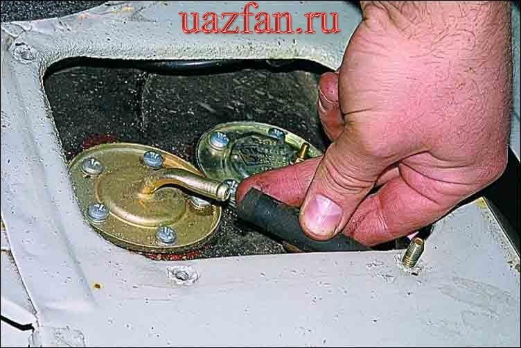 Снятие датчика указателя уровня топлива и топливозаборника