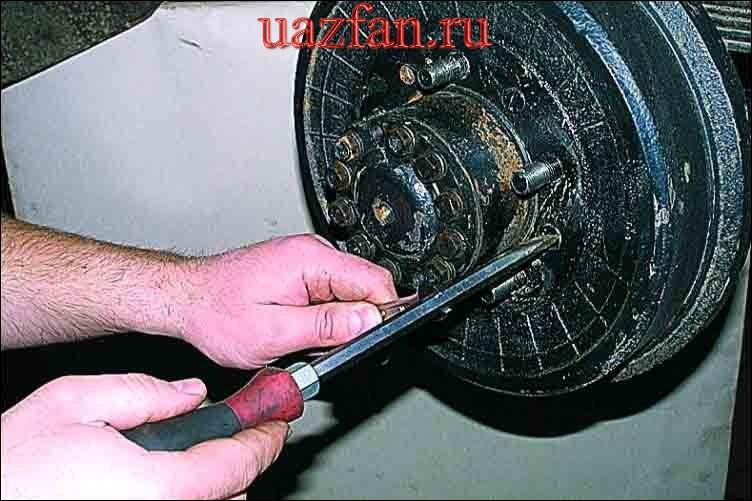 Замена и регулировка тормозных колодок переднего колеса