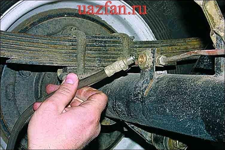 Замена заднего тормозного шланга