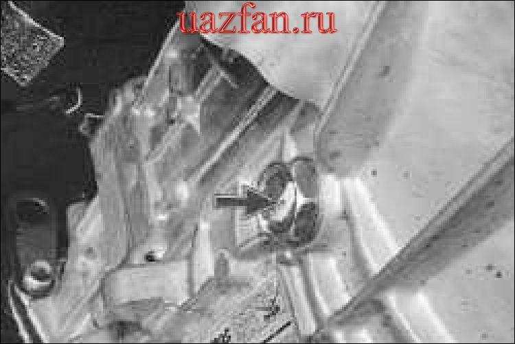 Проверка уровня и доливка масла в коробку передач