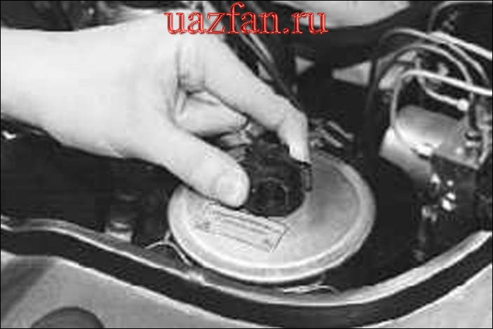 Проверка уровня и доливка жидкости в бачок гидроусилителя рулевого управления