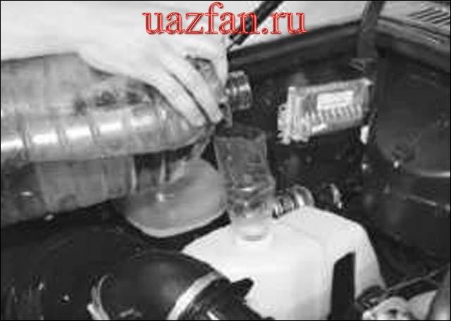 Проверка уровня и доливка жидкости в бачок омывателя ветрового стекла и стекла двери
