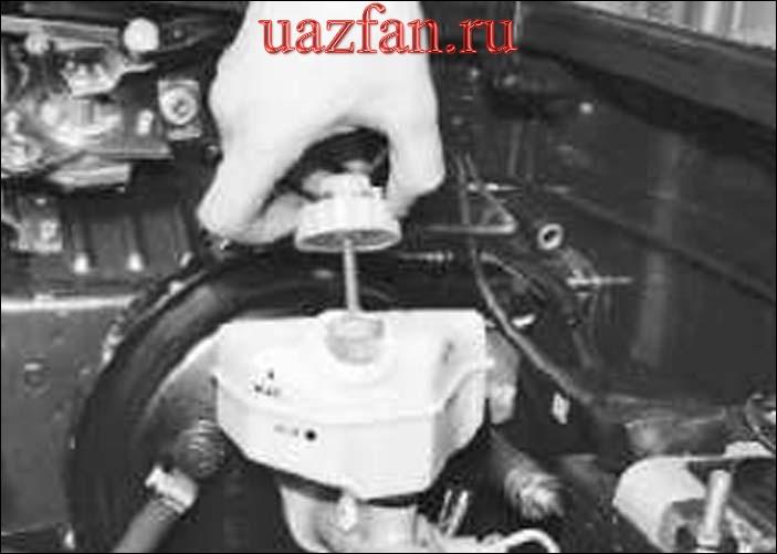 Проверка уровня и доливка тормозной жидкости в бачок главного тормозного цилиндра