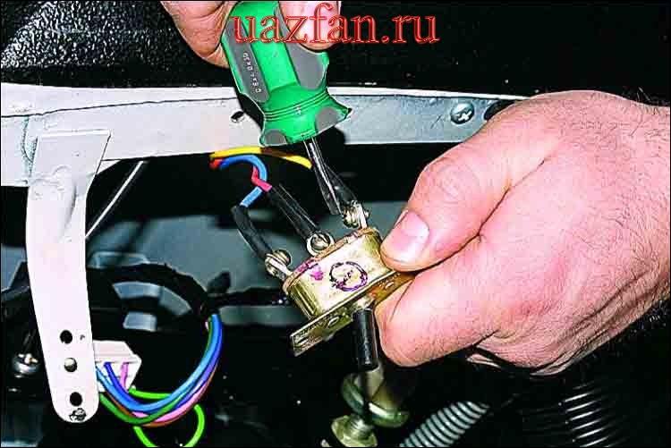 Снятие выключателя электровентилятора отопителя